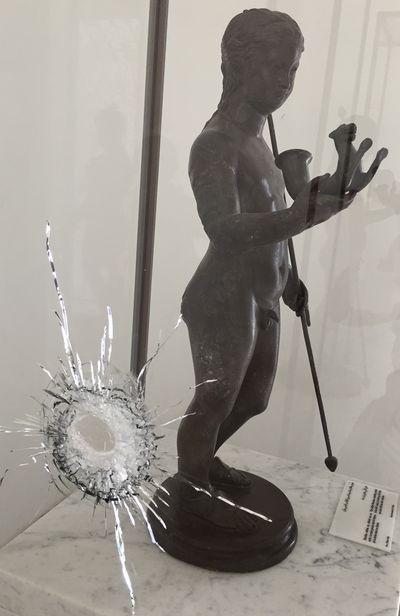 Impact de balle sur une vitrine du musée du Bardo