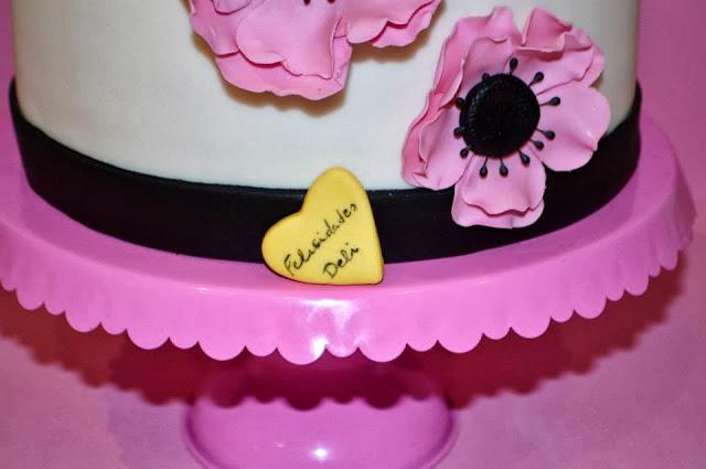 Tarta fondant flores anemonas rosa sugar dreams gandia cumpleaños modelado personalizada  corazon felicidades