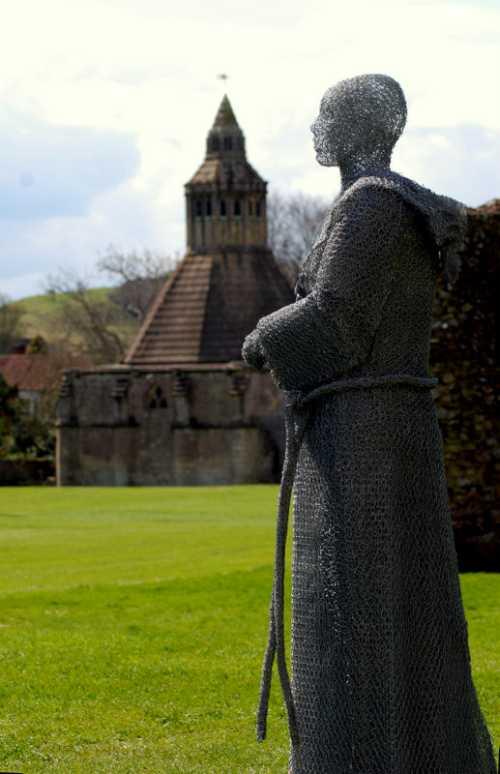 Derek Kinzett esculturas feitas de arames Caminhada de fé do monge