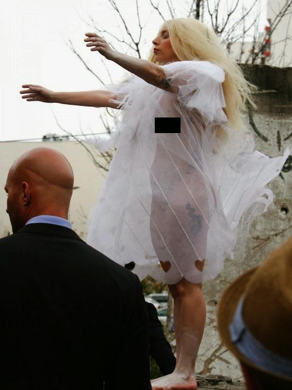 Lady Gaga hace topless en Berlín con extraño look