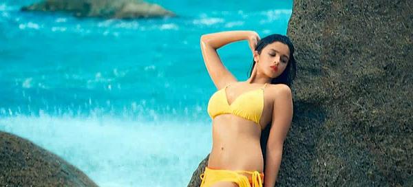 alia bhatt in bikini pose 1