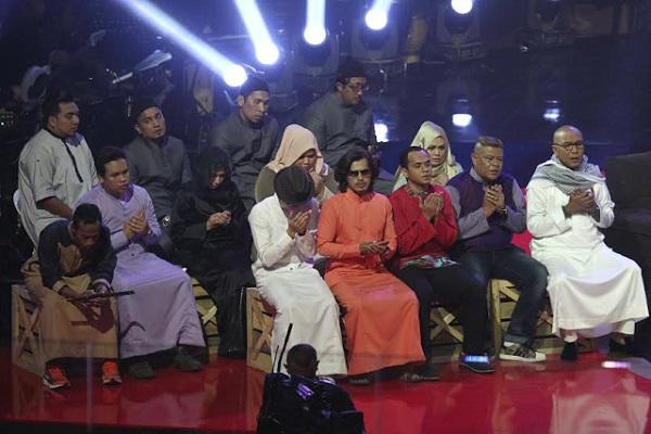 Rakan-rakan pelawak yang juga peserta Juara Parodi.