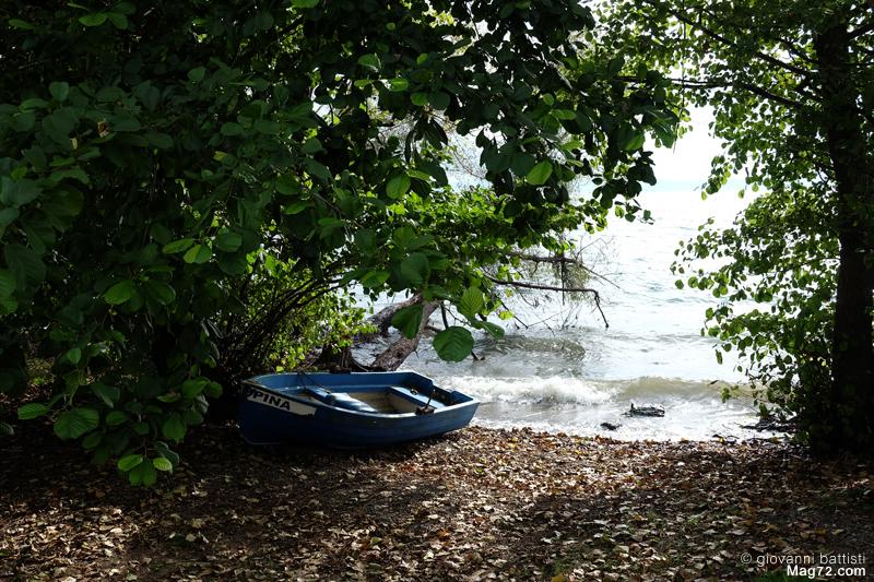 Fotografia di una barca in riva al lago