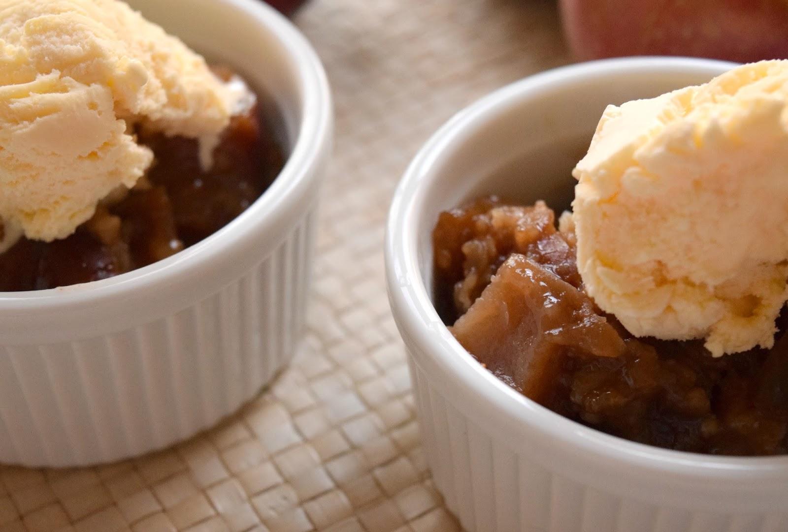 crockpot apple crumble - slow cooker apple recipe - apple crumble - crockpot fall recipe