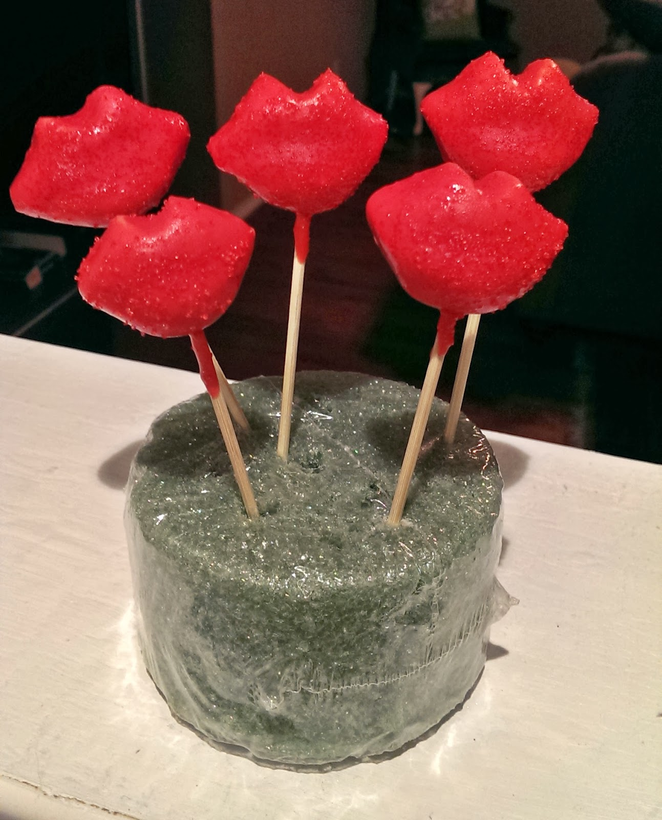 Meg made creations red lips cake pops recipe decorating for Pop cake decoration