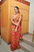 anasuya sizzling saree stills-thumbnail-4