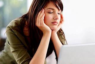 Tips Jantung Sehat Dengan Internet Cepat | cewek di depan laptop