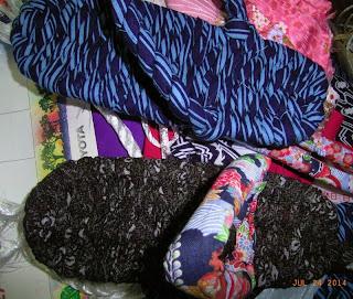 布ぞうりを作っていました