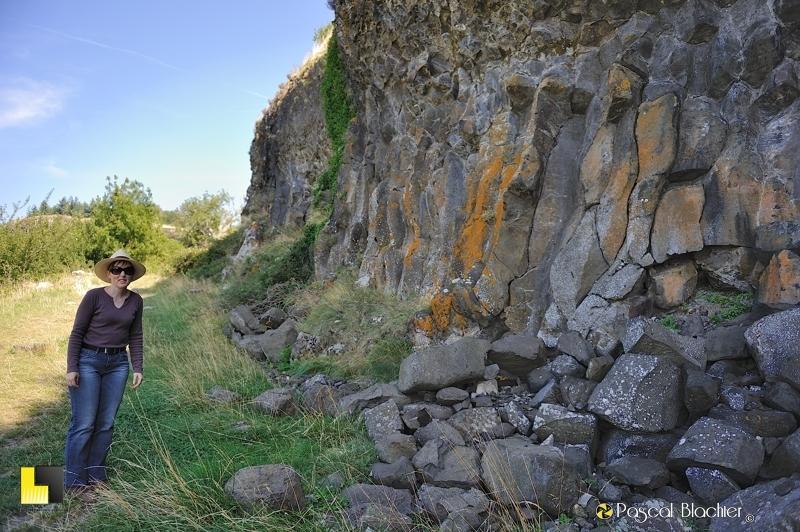 valérie blachier au pied des colonnes de basaltes de mirabel photo blachier pascal