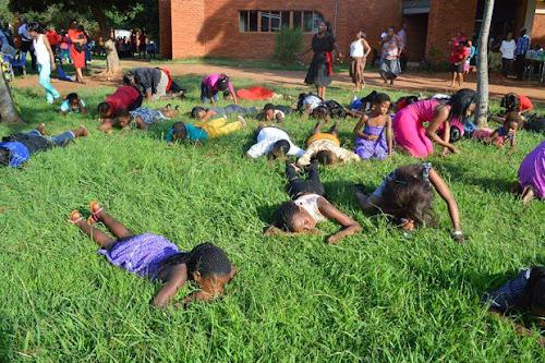Pastor faz fiéis comer grama para estar mais perto de Deus