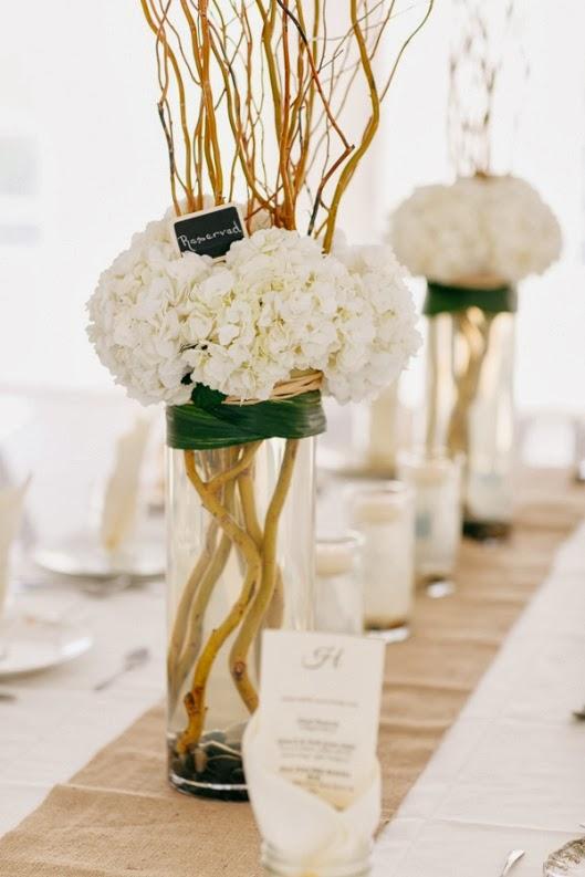 centro floral con ramas secas y hortensias blancas