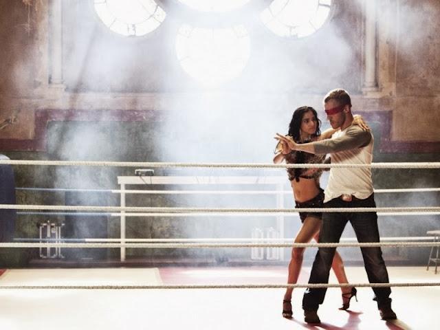 женщина танцует с мужчиной у которого заваязаны глаза