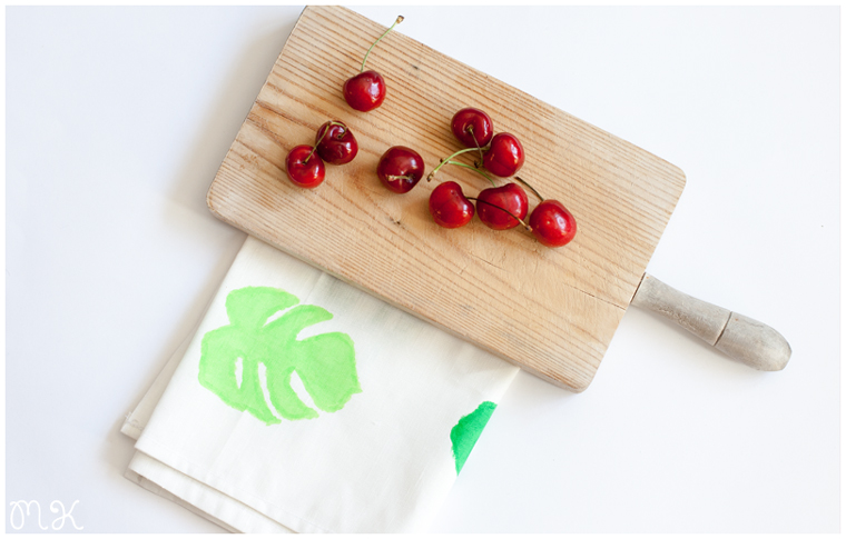 trapo de cocina y cerezas
