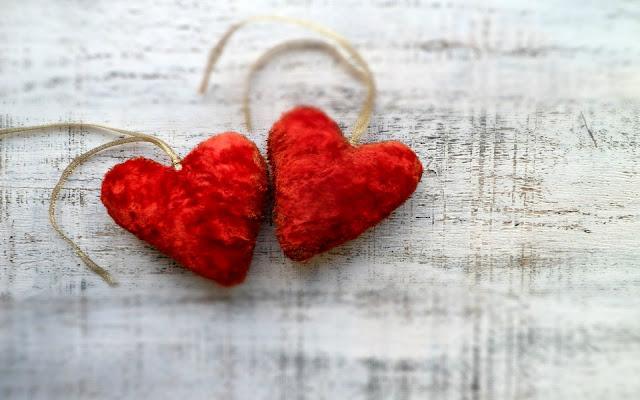 Liefdes hartjes op houten achtergrond