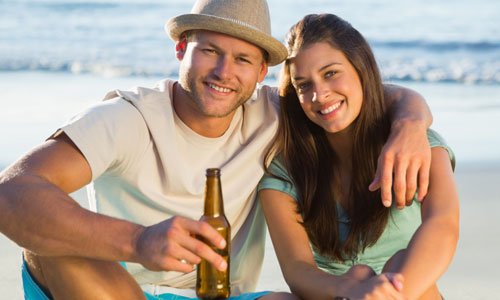 6 Tips on How to Smooth Talk Women,man woman love each other romance beach drinking beer