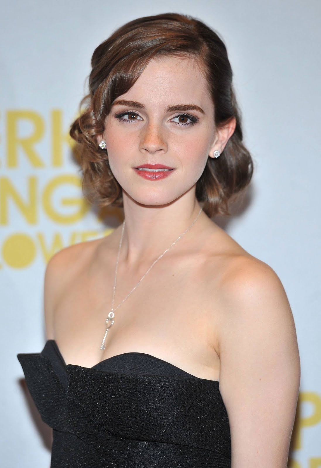 http://1.bp.blogspot.com/-7CSWF6BN95Y/UGituyWbQhI/AAAAAAAASUg/Te1g1JdqC8g/s1600/EMMA-WATSON-at-Perks-of-Being-a-Wallflower-Premiere-in-London-5%255B1%255D-799366.jpg