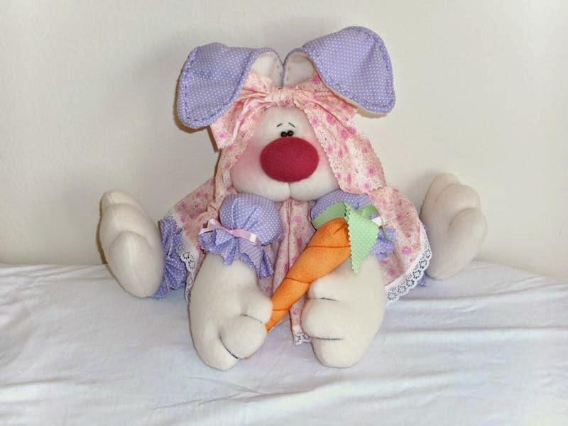 Coelha de tecido e feltro com moldes