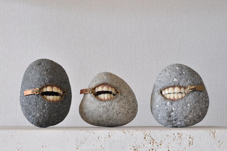 escultura de jiyuseki con piedras sonrientes