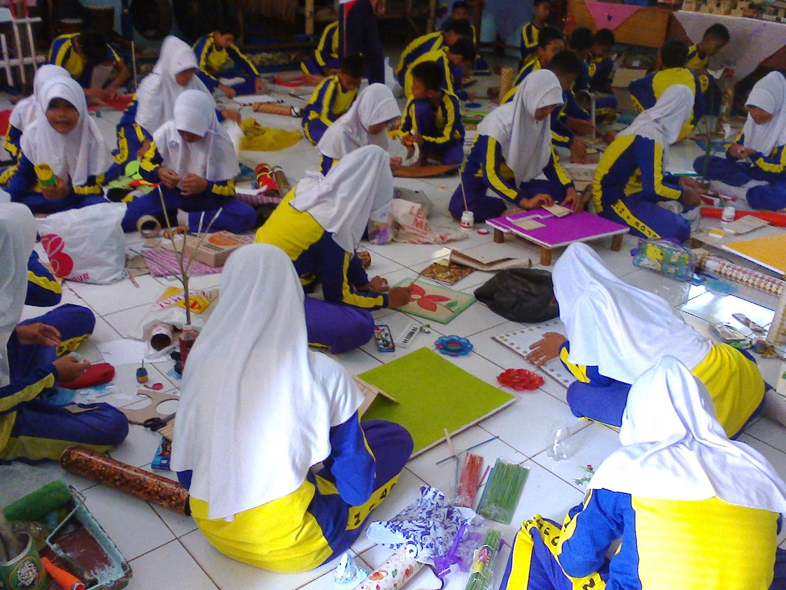 Pada tahun pelajaran 2014 2015 semua Sekolah Menengah Pertama SMP di seluruh Indonesia akan melaksanakan Kurikulum 2013 pada kelas VII dan VIII