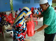 Sumbangan zakat kpd asnaf di Kg. Gong pada Ramadhan 1432H