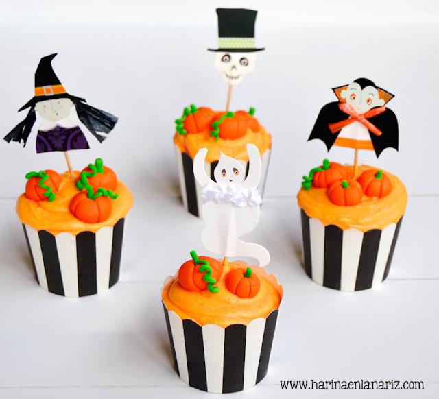 cupcakes con calabazas de fondant y toppers de Halloween