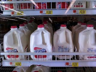 mayoría de la leche comercial se realiza mediante la combinación de calefacción, homogeneizar y reenvasado de la leche de cientos de vacas.