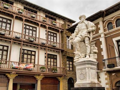 Estatua de Juan Sebastián Elcano frente al Ayuntamiento de Getaria