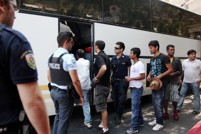 """Σύλληψη ''κακόμοιρων οικονομικών μεταναστών'' που είχαν ρημάξει σπίτια στον Πειραιά...!! """"Πεδίον δόξης λαμπρό"""" για τον ΣΥΡΙΖΑ που καλείται να παρέμβει υπέρ τους"""