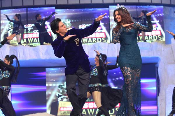 B Id 346926 Shah Rukh Khan and Deepika Padukone  Random And Happy(Funny take on Bollywood Award functions)