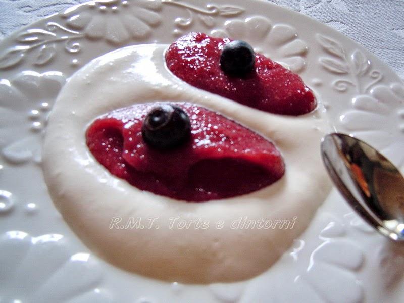 Debessmanna, dessert lettone di mirtilli e yogurt