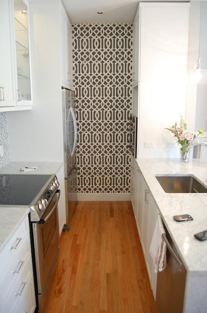 Mustertapete schwarz weiß - auch die Küche verträgt Farbe