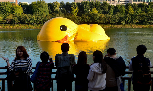 Pato de goma gigante desinflado en Seúl