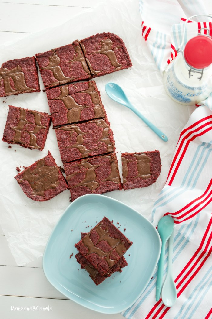 Barras de brownie Red Velvet con remolinos de chocolate
