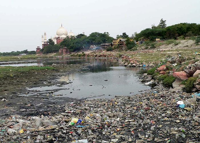 Resultado de imagem para foto de rio poluido