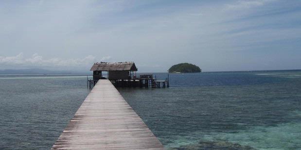 Dari demaga Pantai Sorido bisa melihat pulau kecil yang terhubung laut warna biru toska yang indah.