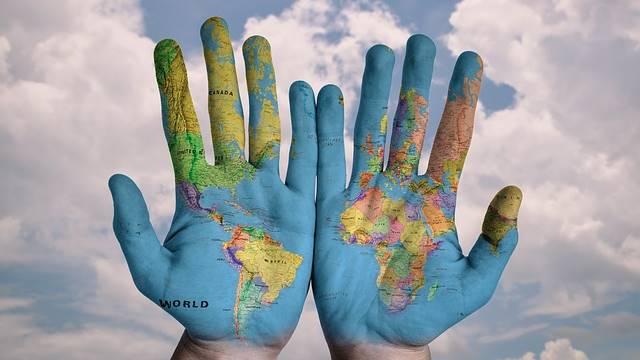 O mundo nas mãos de quem viaja