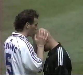 Beso de Blanc a Barthez