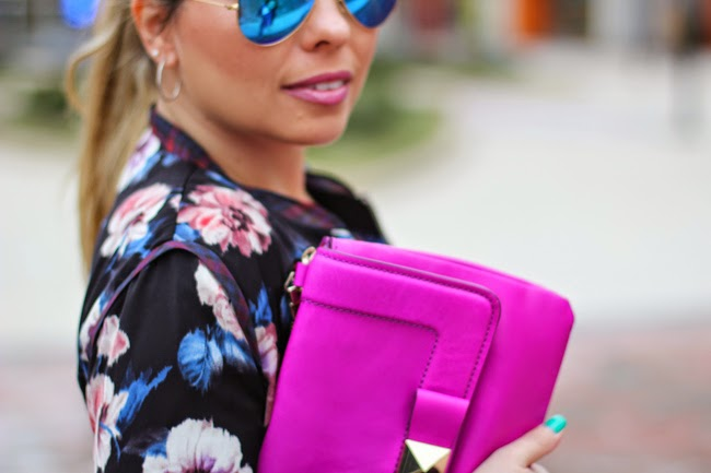 blue mirrored ray ban aviator sunglasses and pink clutch