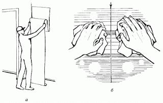 Если часть обоев накрепко приклеена к стене, и воспользоваться специальным раствором для удаления старых обоев возможности нет, то намочите верхний слой обоев теплой водой. Это, возможно, поможет вам без специальных усилий убрать ветхие обои со стены, когда они размокнут.