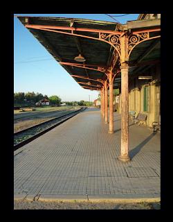 Ya no hay apeaderos como este, en el que paran pocos trenes al día y el jefe de estación está siempre durmiendo.
