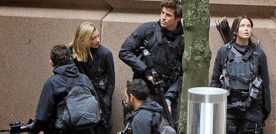 Jennifer Lawrence, Liam Hemsworth e Josh Hutcherson em imagens do set de Jogos Vorazes: A Esperança - Parte 2