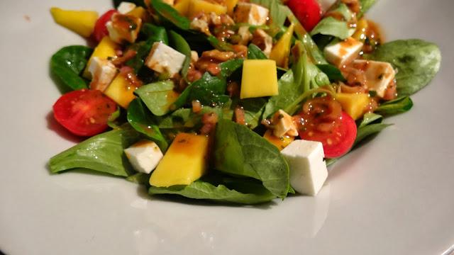 Rezept: Fruchtiger Feldsalat mit Balsamico-Honig-Dressing