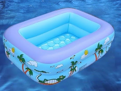 Cho con tập bơi với bể bơi phao trẻ em