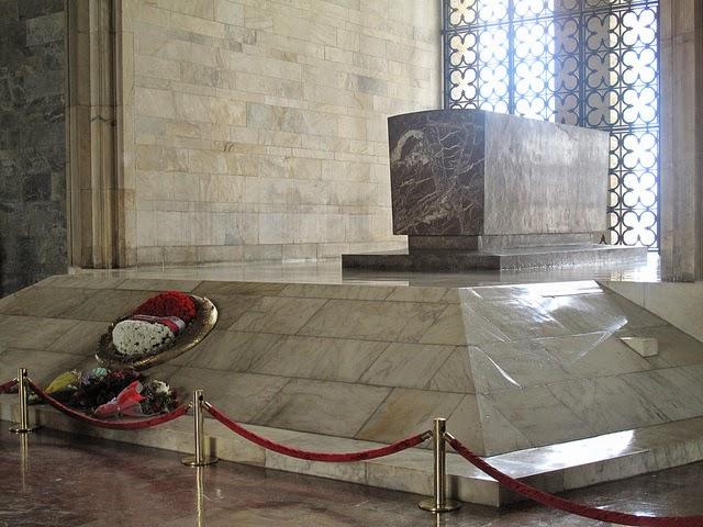 Inilah binaan marmar yang menepatkan mayat Mustafa Kamal Ataturk selepas bumi tidak menerima jasadnya.