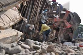 Buruh bangunan biasanya dibayar dengan upah harian.