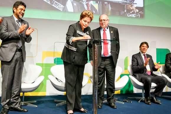 Presidente Dilma Roussef sancionando Marco Civil da Internet