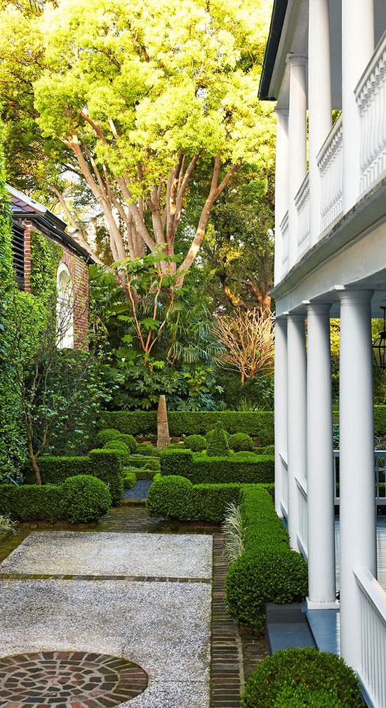 Lunch latte garden design an old south charm in charleston for Landscaping rocks charleston sc