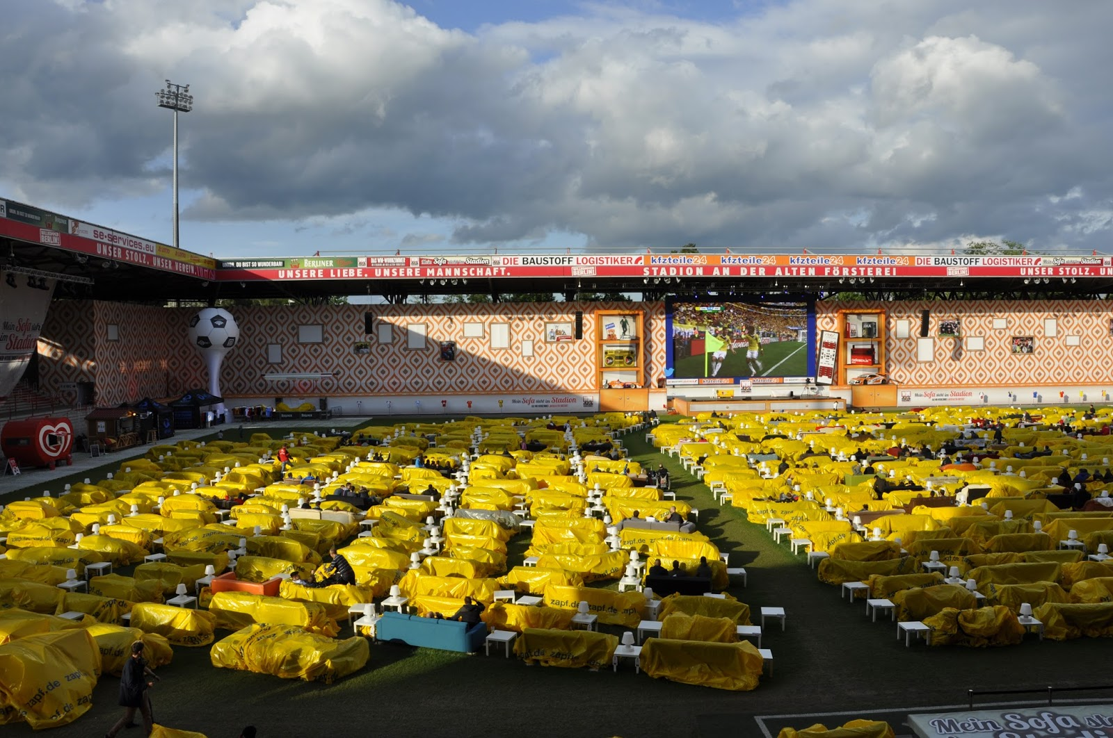 WM Wohnzimmer Kolumbien Besiegt Elfenbeinkste Im Stadion An Der Alten Frsterei Des 1 FC Union Berlin Fans Haben Sich Eine Parzelle Auf Dem Rasen