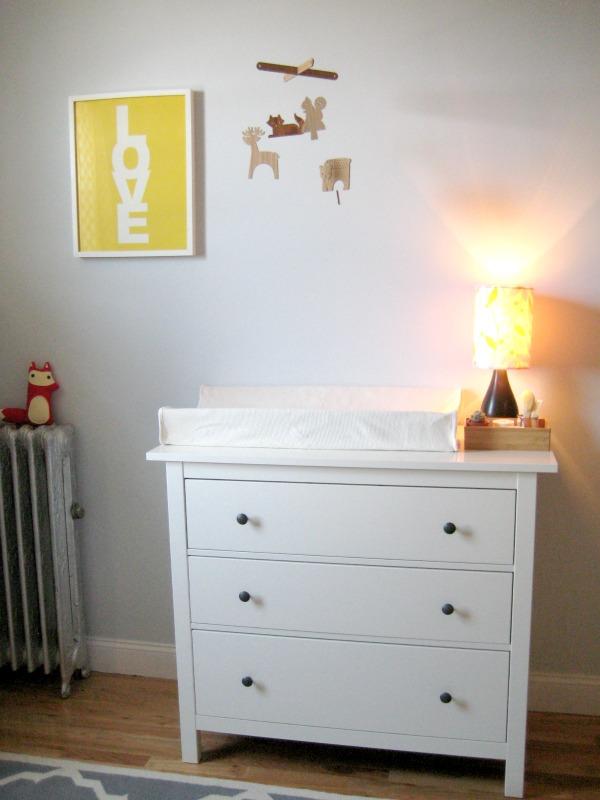 El dormitorio de un beb en blanco gris amarillo y rosa for Mueble cambiador ikea