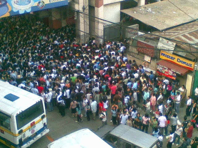 Heavy number of passengers in MRT North Ave.